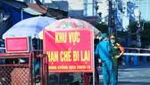 Thị xã Hoài Nhơn đã lập 13 chốt chặn tại phường Tam Quan Bắc và 3 phường lân cận sau khi phát hiện 2 ca nghi mắc Covid-19 đầu tiên ở Bình Định, chiều 28-6-2021. Ảnh: NGỌC HẢI