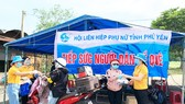 """Phú Yên, Bình Định nấu cơm """"tiếp sức"""" người dân đi xe máy về quê"""
