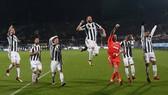 """Fiorentina - Juventus 0-2: """"Bà đầm già"""" soán ngôi Napoli"""