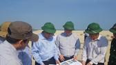 Tổng cục Phòng chống Thiên tai, Bộ NN-PTNT, lãnh đạo UBND tỉnh Quảng Nam và các ngành chức năng kiểm tra cồn cát nổi lên bất thường tại khu vực biển Cửa Đại