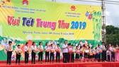 Thủ tướng Nguyễn Xuân Phúc trao quà cho 300 trẻ có hoàn cảnh đặc biệt khó khăn tại Quảng Nam