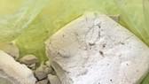 Người dân Quảng Nam tiếp tục giao nộp chất bột trắng nghi ma túy trôi dạt vào bờ biển