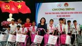 Phó Chủ tịch nước Đặng Thị Ngọc Thịnh thăm, tặng quà cho các em học sinh, hộ nghèo huyện Đại Lộc, Quảng Nam