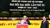 Đồng chí Nguyễn Thiện Nhân, Bí thư Thành ủy TPHCM bỏ phiếu tại đại hội. Ảnh: VIỆT DŨNG
