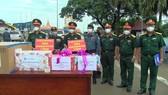 Bộ Chỉ huy quân sự tỉnh Long An trao tặng gạo cho các đơn vị quân đội Campuchia