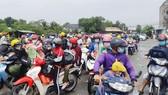 Khoảng 900 người dân và công nhân lao động tại Long An đổ về các tỉnh miền Tây nhưng không thể thông chốt cầu Đức Hòa, huyện Đức Hòa