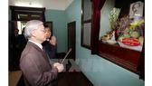 Tổng Bí thư Nguyễn Phú Trọng thắp hương tưởng nhớ Chủ tịch Hồ Chí Minh tại Nhà 67. Ảnh: TTXVN