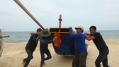 Ngư dân bãi ngang xã Nhân Trạch, Bố Trạch, Quảng Bình kéo thuyền chạy bão