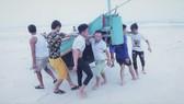 Ngư dân xã Hải Ninh, Quảng Ninh, Quảng Bình đưa thuyền cá lên bờ
