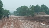 Đường trước nhà máy gỗ dăm bị băm nát