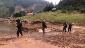Bộ đội biên phòng Quảng Bình bồng bế trẻ em bản Sắt tới trường trên đồi Gió Hú.