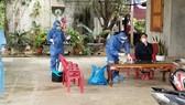 Trung tâm kiểm soát bệnh tật tỉnh Quảng Bình lấy mẫu xét nghiệm các thành viên trong gia đình anh Đinh Quý Nh.