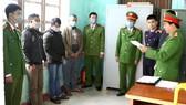 Công an huyện Quảng Ninh tống đạt các quyết định khởi tố vụ án, khởi tố 8 bị can phá rừng
