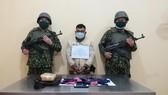Đối tượng vận chuyển 10.000 viên ma túy tổng hợp bị bắt. Ảnh: MINH PHONG