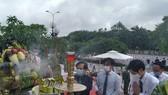 Các đại biểu dâng hương trước lễ đài