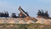 Đường ra biển của người dân bị cho thuê trái phép để đổ cát tận thu