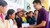 Đại diện HNX trao quà cho người dân huyện Nam Trà My, tỉnh Quảng Nam