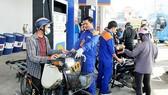 Giá xăng tăng, giá dầu giảm
