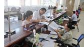 Giải quyết hồ sơ thuế cho doanh nghiệp tại Cục Thuế TPHCM. Ảnh: CAO THĂNG