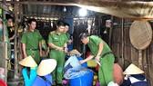 Lực lượng chức năng khám xét cơ sở bơm tạp chất vào tôm. Ảnh: MINH LUÂN