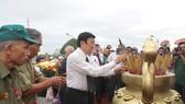 Đồng chí Trương Tấn Sang thắp hương tưởng niệm các liệt sĩ. Ảnh: VĨNH THUẬN
