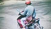 Huỳnh Lợi Phát cùng chiếc xe máy đi cướp tiệm vàng. Ảnh: Công an cung cấp