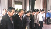 Chủ tịch QH Nguyễn Thị Kim Ngân cùng các đồng chí lãnh đạo Đảng, Nhà nước, TPHCM, Long An…dâng hương, tưởng niệm Luật sư Nguyễn Hữu Thọ. Ảnh: KIẾN VĂN