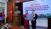 """Bà Vũ Dương Thuý Ngà - Vụ trưởng Vụ Thư Viện đại diện nhận bản quyền Tủ sách """"Hạt giống tâm hồn"""""""