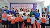 Trao quà tết cho các em tại Trường Hy Vọng Quận 6. Ảnh: VIỆT NGA