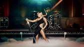 Miley Cyrus gợi cảm trong thiết kế của NTK Công Trí