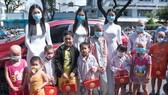 Hoa hậu Tiểu Vy, Phương Nga, Thúy An tặng quà trung thu cho bệnh nhi