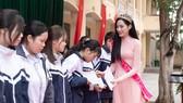 Hoa Hậu Đỗ Hà thăm trường cấp 3 và trao tặng quỹ học bổng Đỗ Hà