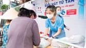 Hoa hậu Tiểu Vy, Kiều Loan, Phương Anh, Ngọc Thảo nấu 15.000 suất ăn cho bà con nghèo