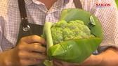 Các cửa hàng, siêu thị ở TPHCM hưởng ứng dùng lá chuối thay thế túi nilon