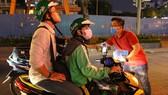 Nhóm bạn trẻ TPHCM phát miễn phí 1.000 chiếc khẩu trang cho người đi đường