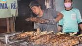 Sôi động phố bán cá lóc nướng ngày vía Thần Tài tại TPHCM