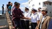 Tiếp cứu 33 ngư dân Quảng Nam gặp nạn ở Trường Sa vào bờ an toàn