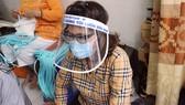 Chế tác mặt nạ ngăn giọt bắn dành tặng bác sĩ