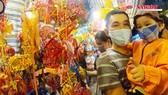Người dân TPHCM đeo khẩu trang đi phố lồng đèn đón Trung thu