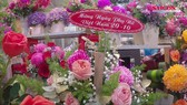 Chợ hoa Hồ Thị Kỷ tất bật người đến mua hoa tặng Phụ nữ ngày 20-10