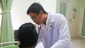 Các bác sĩ chăm sóc sức khỏe cho bệnh nhân D.