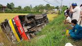 Xe buýt lao xuống ruộng, 1 người chết, khoảng 20 người bị thương