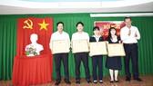 Ông Lưu Hoàng Tân - Giám đốc công ty trao bằng khen cho các cá nhân và tập thể hoàn thành xuất sắc nhiệm vụ
