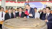Thủ tướng thực hiện nghi thức khánh thành Đại học FPT Cần Thơ. Ảnh: VGP