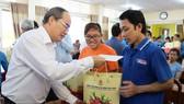 Bí thư Thành ủy TPHCM Nguyễn Thiện Nhân thăm, tặng quà tết ở Trà Vinh