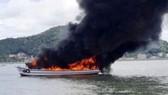 Cháy tàu du lịch câu cá trên biển, 25 người thoát chết