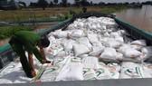 Bắt quả tang cặp vợ chồng vận chuyển 100 tấn đường nghi nhập lậu qua biên giới