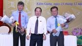 Ông Nguyễn Lưu Trung (bìa trái), vừa dược bầu giữ chức Phó Chủ tịch UBND tỉnh Kiên Giang nhiệm kỳ 2016- 20