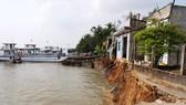 6 căn nhà ở Vĩnh Long bị sạt lở xuống sông Hậu vào mùng 3 Tết