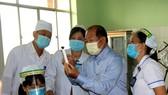 Lãnh đạo UBND tỉnh Đồng Tháp kiểm tra buổi tiêm vaccine